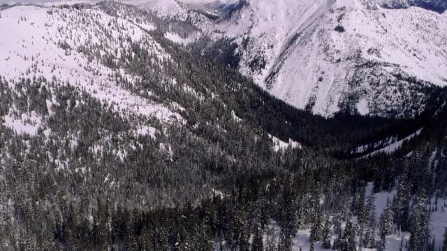 雪のバックカントリーマウンテンピークブーメランのドローンドリーめまいズーム ビデオ