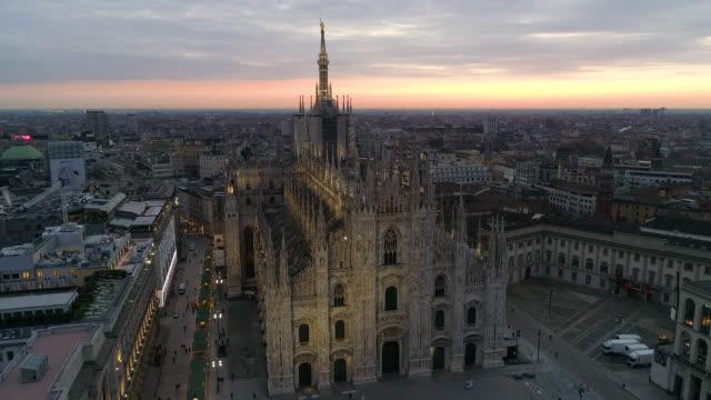 drone duomo milano. 4k - katedral stok videoları ve detay görüntü çekimi