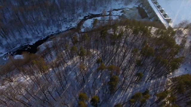 drone faller ner på vintern skogen på grund av radiostörningar - derail bildbanksvideor och videomaterial från bakom kulisserna