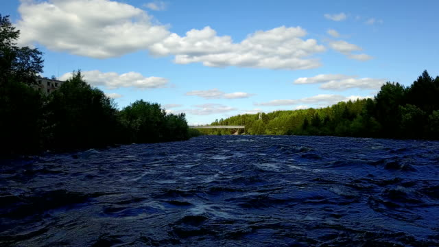vídeos de stock e filmes b-roll de drone flies at low altitude over the surface of the turbulent river - multicóptero