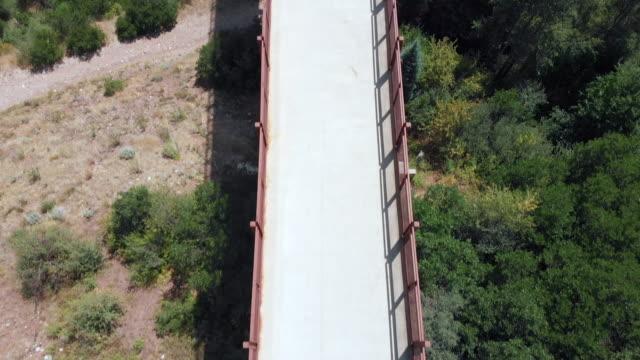 vídeos de stock, filmes e b-roll de drone moscas sobre ponte e panelas acima em aspen colorado - condado de pitkin