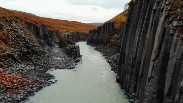 vídeos y material grabado en eventos de stock de el dron sobrevuela sobre el cañón de las columnas de basalto negro, islandia - basalto