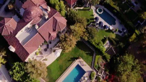 vidéos et rushes de vol du drone dans le quartier riche - richesse
