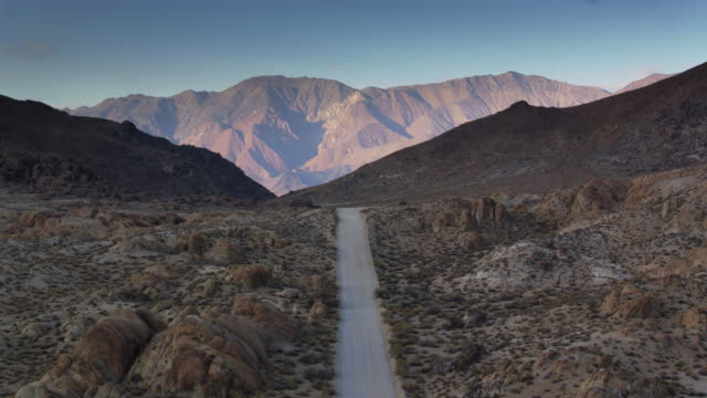 アラバマ州の丘に未舗装の道路に沿って無人飛行 - カリフォルニアシエラネバダ点の映像素材/bロール