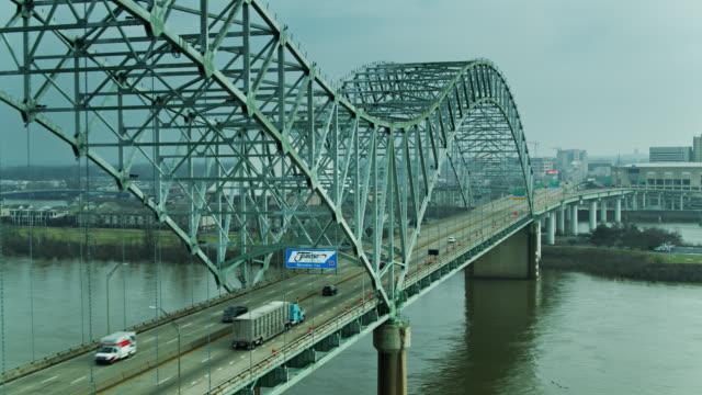 vídeos de stock, filmes e b-roll de voo drone ao lado da ponte hernando de soto - ponte