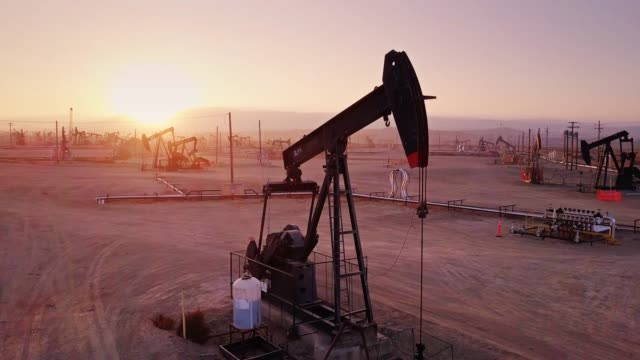 Drone Flight Around Nodding Pumpjack in Midway-Sunset Oil Field, Kern County, California - vídeo