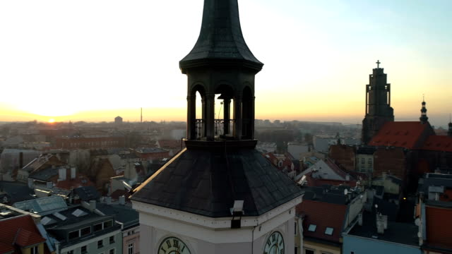 drone flight around the upper part of the city hall in gliwice - polonia video stock e b–roll