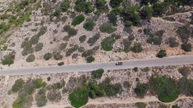 Drohnenflug bei Mittagssonne über Palma De Mallorca nach Auto an Küste Straße – Video
