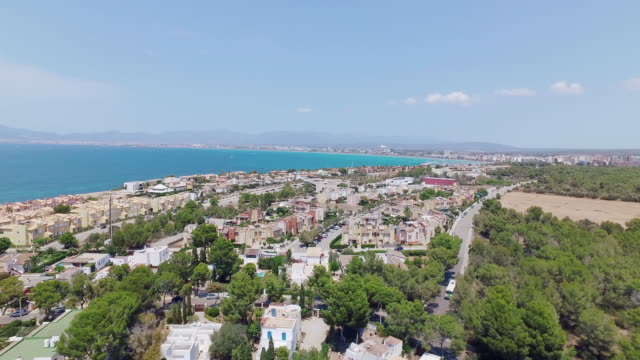 Drohnenflug bei Mittagssonne über Palma De Mallorca mit Pools Stuhl und Bäume – Video