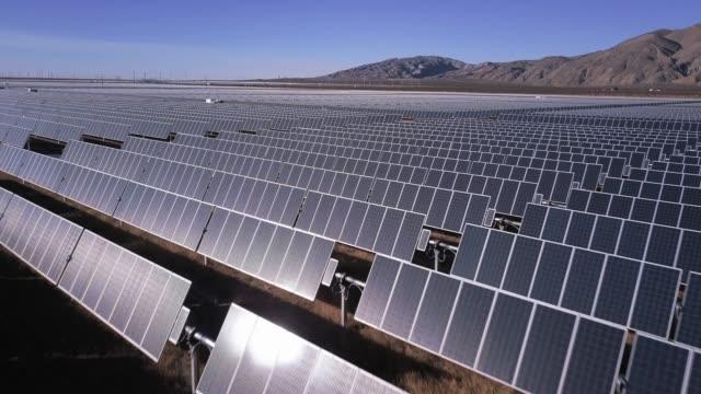 drone flight over beacon solar project - energia sostenibile video stock e b–roll