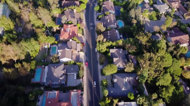 stockvideo's en b-roll-footage met drone vlucht over beverly hills - stadsweg