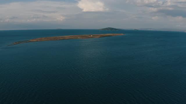 volo con droni sulla famosa isola - isole egee video stock e b–roll
