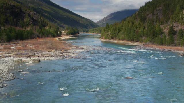 drone flight over kootenai river in northern montana - река стоковые видео и кадры b-roll