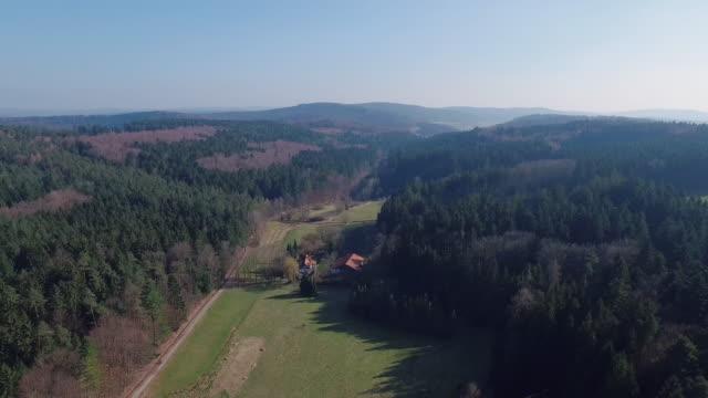 Drohnenflug über Odenwald durch Tal mit Sonne und Fachwerk Haus – Video