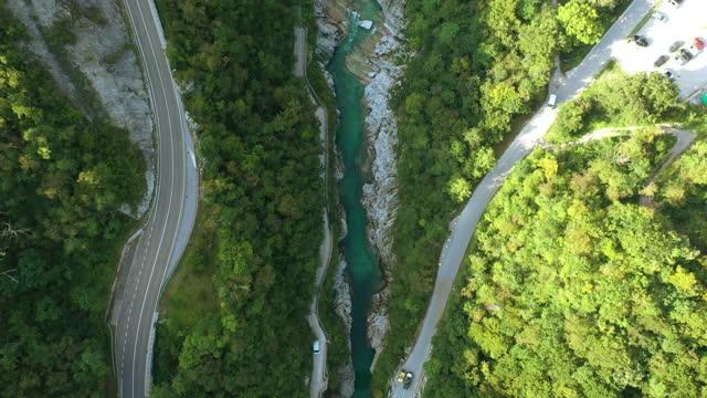 vídeos de stock, filmes e b-roll de voo de drone sobre rio soca e estradas - eslovênia
