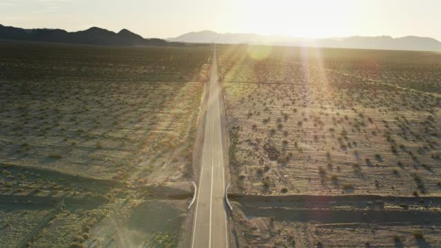 Vol de drone au-dessus de la route 66 dans le désert de Mojave au lever de soleil - Vidéo