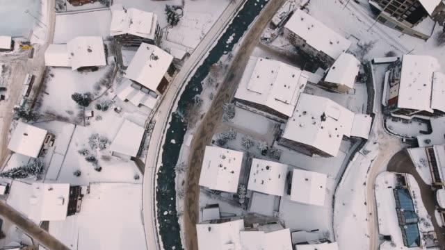 stockvideo's en b-roll-footage met drone vlucht over de beroemde dorp van zermatt - zermatt