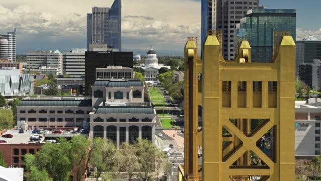 drone flight over tower bridge and california state capitol mall - stolice filmów i materiałów b-roll