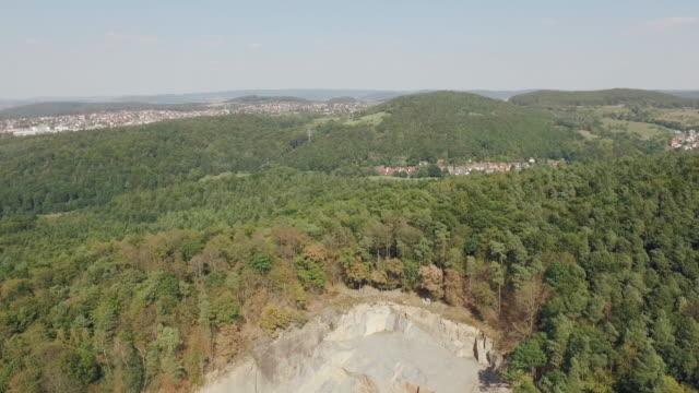 Drohnenflug über Holz und Pistole Schießplatz am einsamen Steinbruch – Video