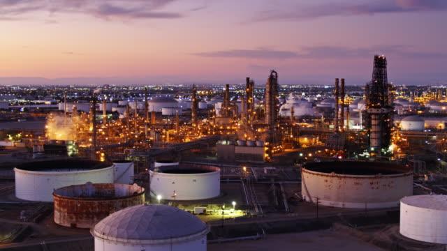 stockvideo's en b-roll-footage met drone vlucht verleden olieraffinaderij met la wildgroei buiten - olieraffinaderij
