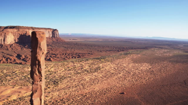 Drone Flight Past the Totem Pole, Monument Valley - Drone Shot. - vídeo