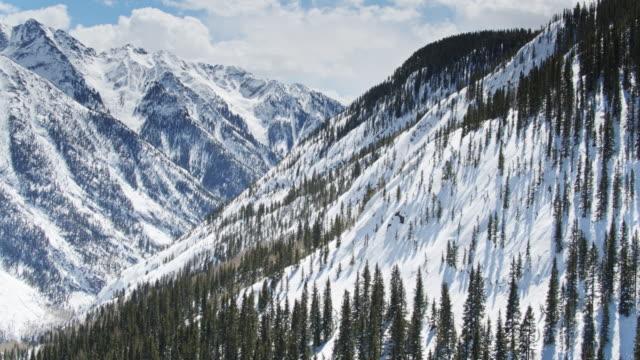 デュランゴの近くに険しい雪の谷を通ってドローン飛行, co - コロラド州点の映像素材/bロール