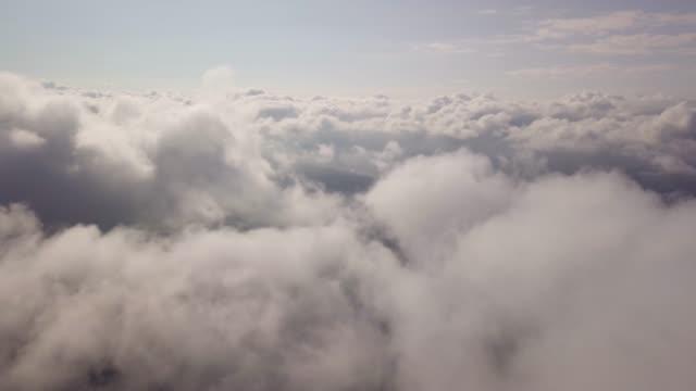 vídeos de stock e filmes b-roll de drone flight through the clouds - clouds