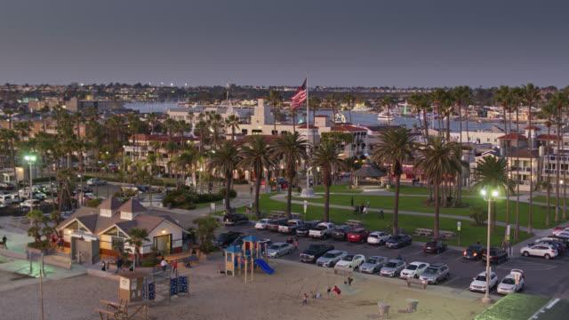 Vol de drone vers et le long de la côte à La plage de Newport, la Californie - Vidéo