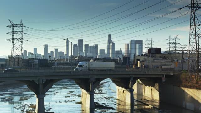 在加利福尼亞州弗農的洛杉磯河上空飛行的無人駕駛飛機 - 橋 建築物 個影片檔及 b 捲影像