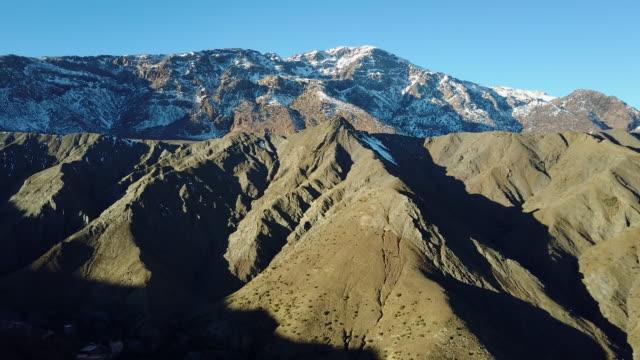Drohnenflug mit herrlichen Berglandschaft in Marokko – Video