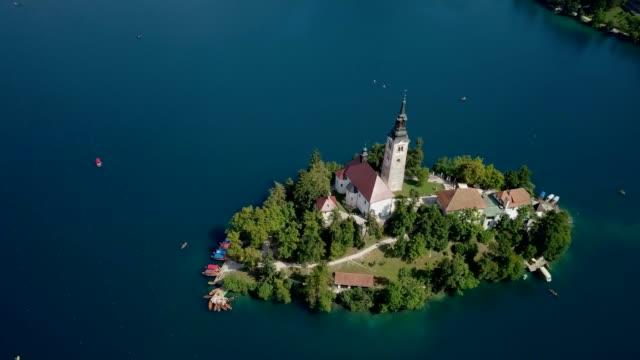 見事なスロベニアのブレッド湖の上を飛んでドローン - スロベニア点の映像素材/bロール