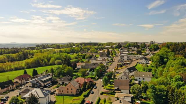 vídeos de stock, filmes e b-roll de drone voando acima da cidade na europa - pequeno