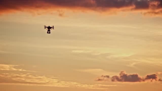 夕焼け飛行ドローン - コントロール点の映像素材/bロール