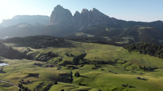 drone che vola in avanti svelando i maestosi prati dell'alpe di seiser nelle dolomiti italia - paesaggio collinare video stock e b–roll