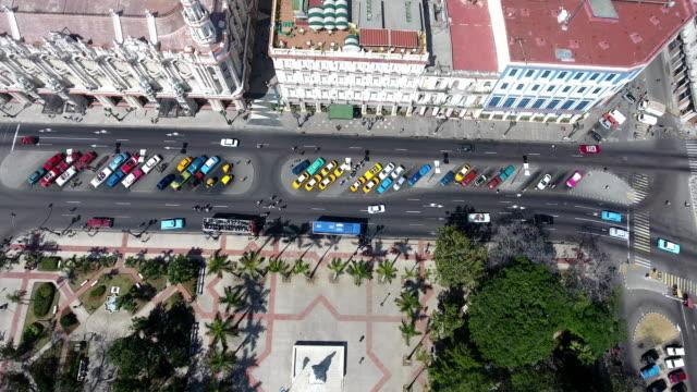 drohne fliegen in den himmel kubanische landschaft alt-havanna - havanna stock-videos und b-roll-filmmaterial