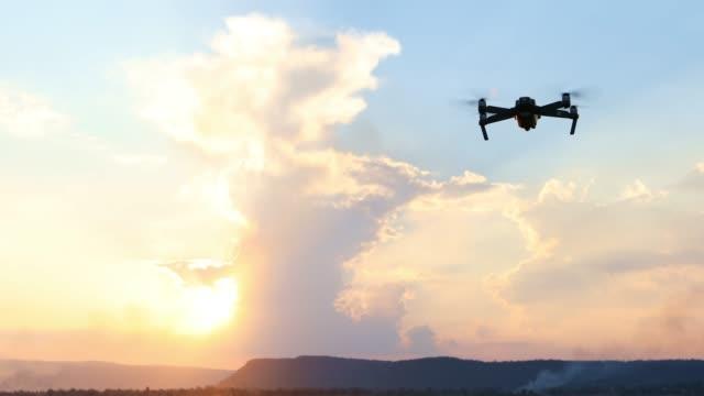 vídeos y material grabado en eventos de stock de drone volando en el cielo, vista desde abajo hacia arriba - drone footage
