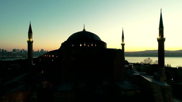 vídeos y material grabado en eventos de stock de drone volando sobre santa sofía al bósforo en sunrise en estambul - distrito eminonu