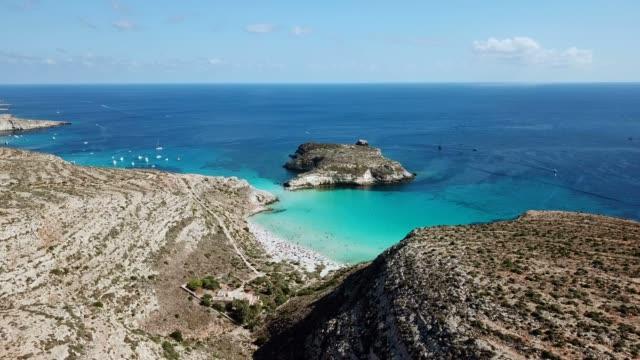 飛越義大利西西里島蘭佩杜薩島島上空的無人機飛行 - sicily 個影片檔及 b 捲影像