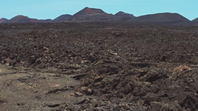 vidéos et rushes de drone survolant les pierres de lave - paysage extrême