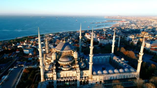 drone flyger över sultanahmet blå moskén vid sunrise i istanbul - ramadan kareem bildbanksvideor och videomaterial från bakom kulisserna