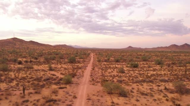 vídeos de stock e filmes b-roll de a drone flying over the sonoran desert of arizona with pink - reto descrição física