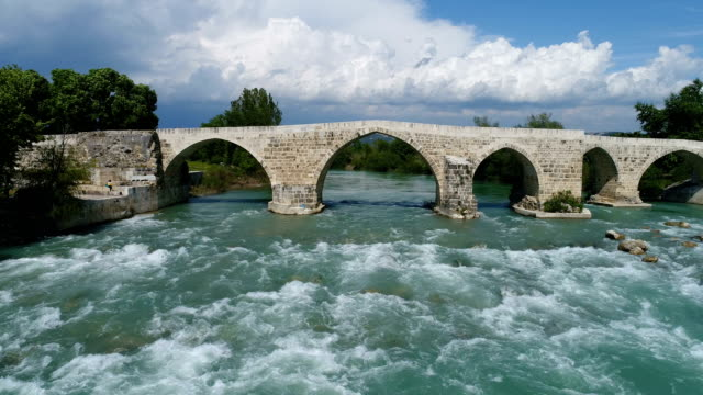 stockvideo's en b-roll-footage met drone flying via de historische eurymedon bridge in antalya, turkije - boog architectonisch element