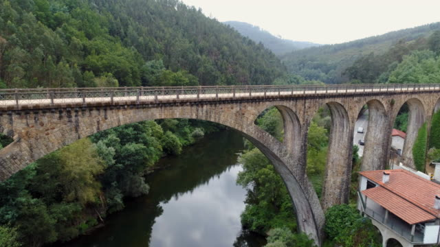 stockvideo's en b-roll-footage met drone flying onder oud romeins viaduct - portugal