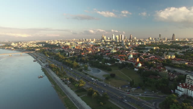 drone footage of a backwards movement showing vistula river and warsaw city center. - polonia video stock e b–roll