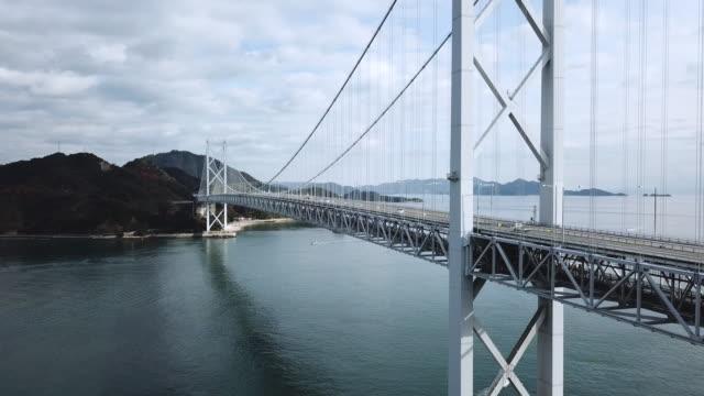 日本一座大型懸索橋的無人機鏡頭 - 橋 建築物 個影片檔及 b 捲影像