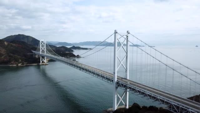 japonya'da büyük bir asma köprü dron görüntüleri - hiroshima stok videoları ve detay görüntü çekimi