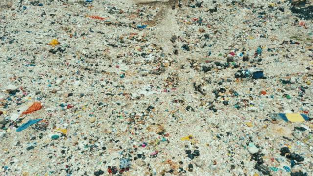 drohnenaufnahmen einer öffentlichen deponie oder mülldeponie - aerial overview soil stock-videos und b-roll-filmmaterial