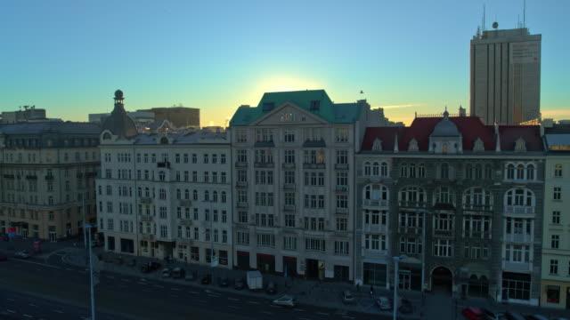Drohnenaufnahmen von Architektur und Stadtverkehr in Warschau, der Hauptstadt von Polen. – Video