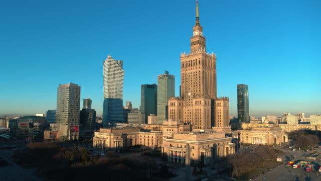 Drohnenaufnahmen vom Stadtzentrum in Warschau, der Hauptstadt Polens. – Video