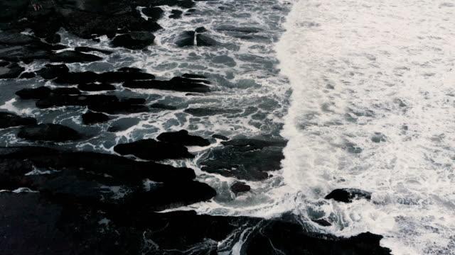 4k dron görüntüleri kıyı şeridi güney bali çıkış sırasında - okyanus gemisi stok videoları ve detay görüntü çekimi
